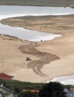 Máquinas abrindo a canle artificial na Lagoa da Frouxeira- Valdoviño / ADEGA