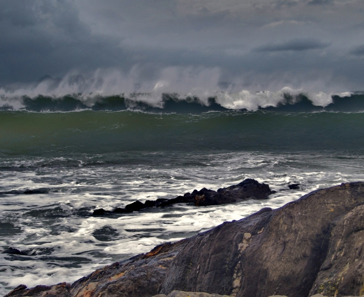 Temporal no mar con grandes ondas na costa galega