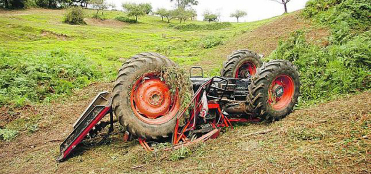 Accidente con tractor emborcado