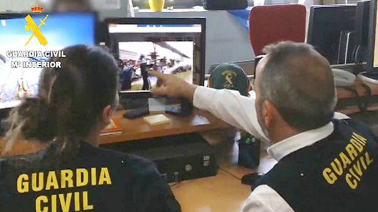 Axentes da Guardia Civil rastrexan as redes socias na Internet.