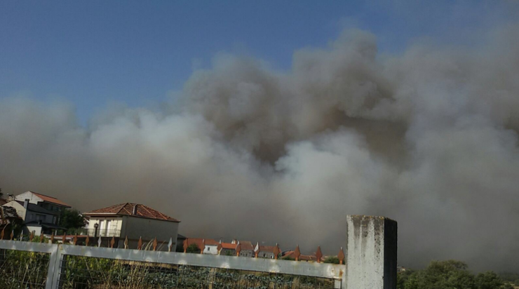 Incendio no Xurés achegándose as casas
