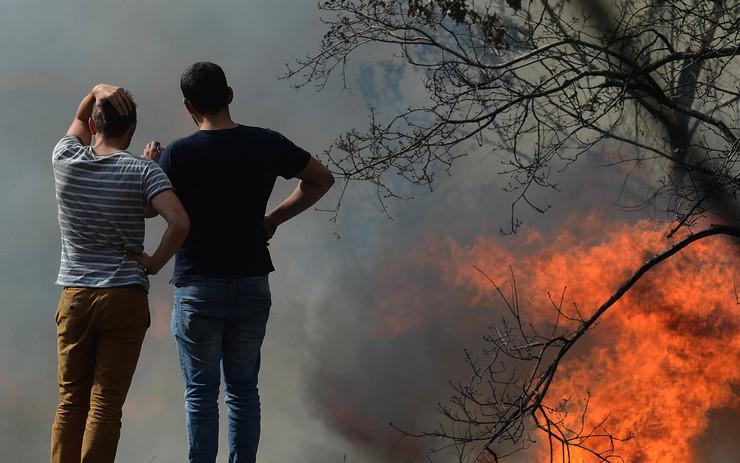 Lume en Pazos de Borbén, en plena onda de incendios en Galicia a mediados de outubro de 2017