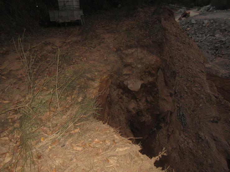 A actividade dunha louseira en Mondoñedo está causando derrubes que poden provocar graves accidentes