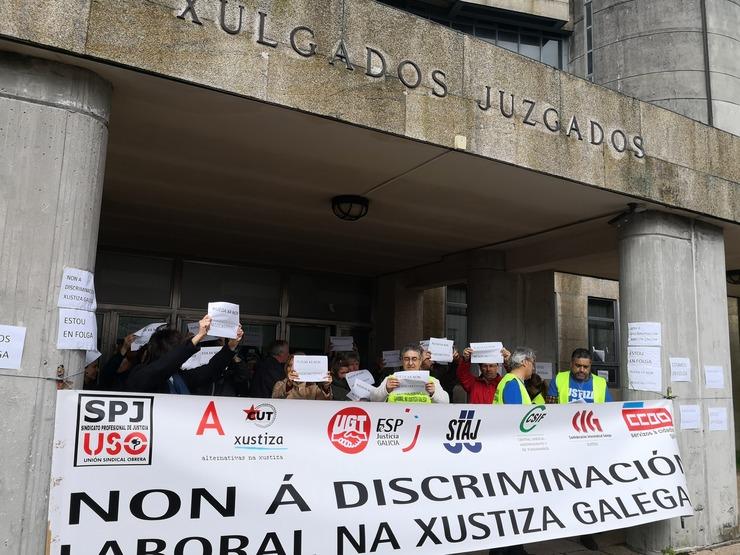 Funcionarios de xustiza concéntranse ante os xulgados de Santiago