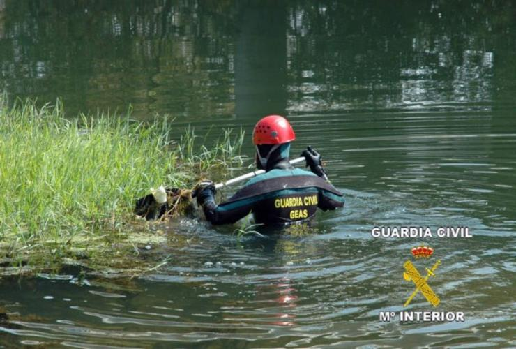 Mergulladores do grupo GEAS da Garda Civil buscando un desaparecido no río / Guardia Civil