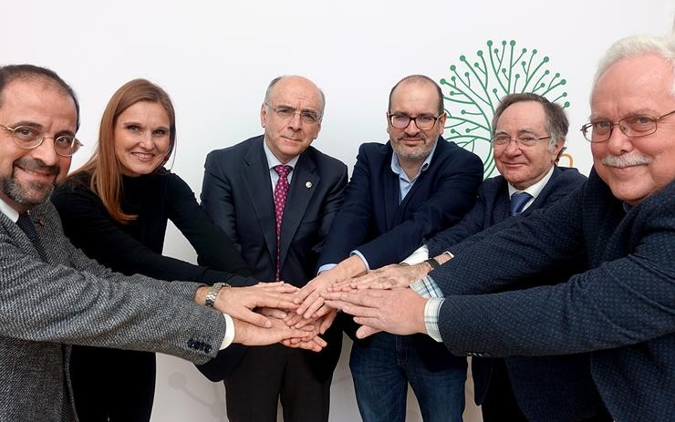 Integrantes da Real Academia Galega, o Institut d'Estudis Catalans, a Real Academia da Lingua Vasca - Euskaltzaindia, a Fryske Akademy, Lo Congrès Permanent de la Lenga Occitan e EURAC - Institute for Applied Linguistics na sinatura dun convenio para potenciar as linguas minorizadas de Europa / RAG