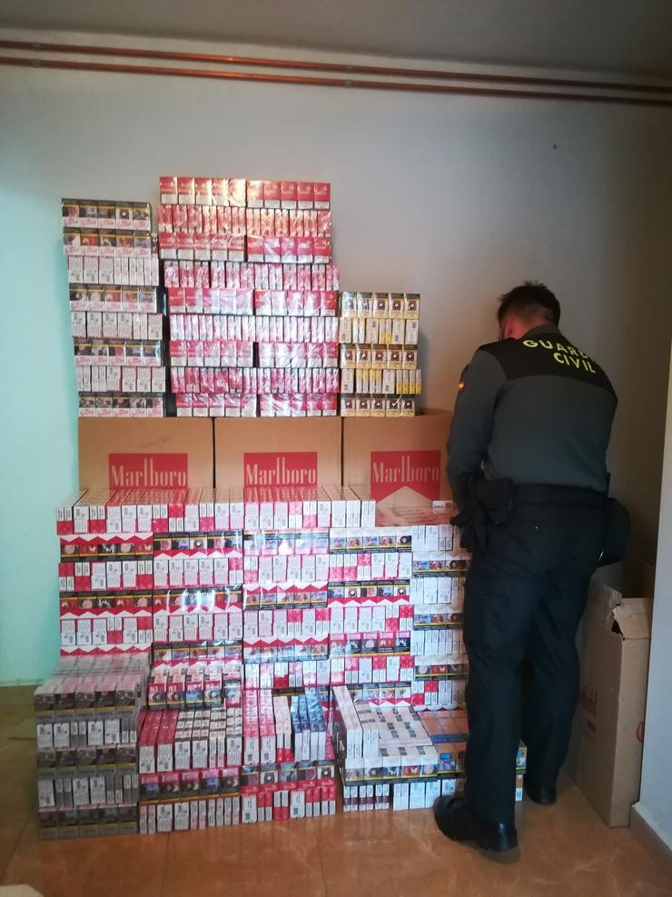 A Garda Civil de Ourense intercepta 5.600 paquetes de tabaco de contrabando. GARDA CIVIL / Europa Press