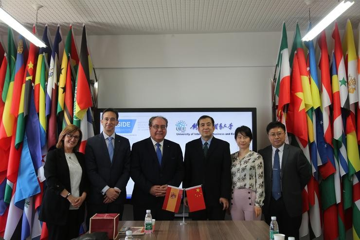 Encontro de representantes do Instituto de Educación Superior Intercontinental de la Empresa (IESIDE) de Afundación e da University of International Business and Economics (UIBE) de Beijing