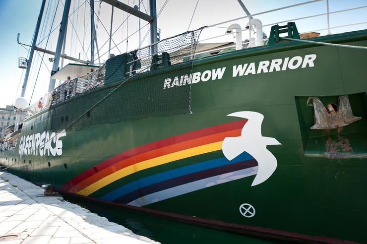 Rainbow Warrior de Greenpeace / Roberta F. en Wikipedia.