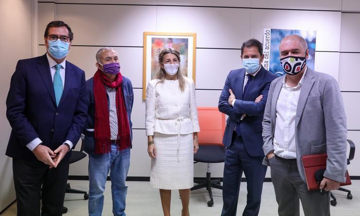 (I-D) O presidente de CEOE, Antonio Garamendi; o líder de UGT, Pepe Álvarez; a ministra de Traballo, Yolanda Díaz; o presidente de Cepyme, Gerardo Cuevas; e o líder de CCOO, Unai Xordo, nunha imaxe de arquivo. Marta Fernández Xara - Europa Press