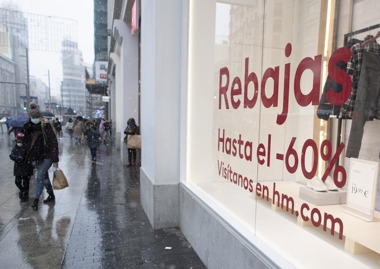 Un escaparate nunha tenda anuncia o inicio das coñecidas como rebaixas de xaneiro, en Madrid (España), a 7  de xaneiro de 2021.  Este xoves comezaron en boa parte do país as coñecidas como rebaixas de xaneiro. A través dun comunicado, organízaa. Eduardo Parra - Europa Press