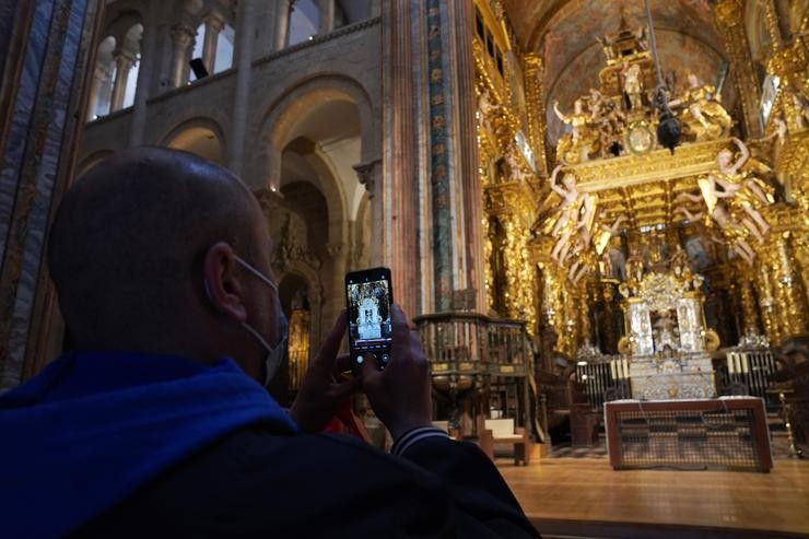 Un turista toma unhas fotos no interior da Catedral de Santiago / Álvaro Ballesteros - Europa Press.