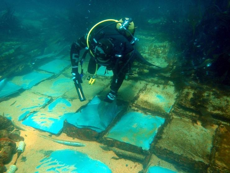Un submarinista contempla os restos do Casón, que se afundiu fronte a Fisterra en 1987