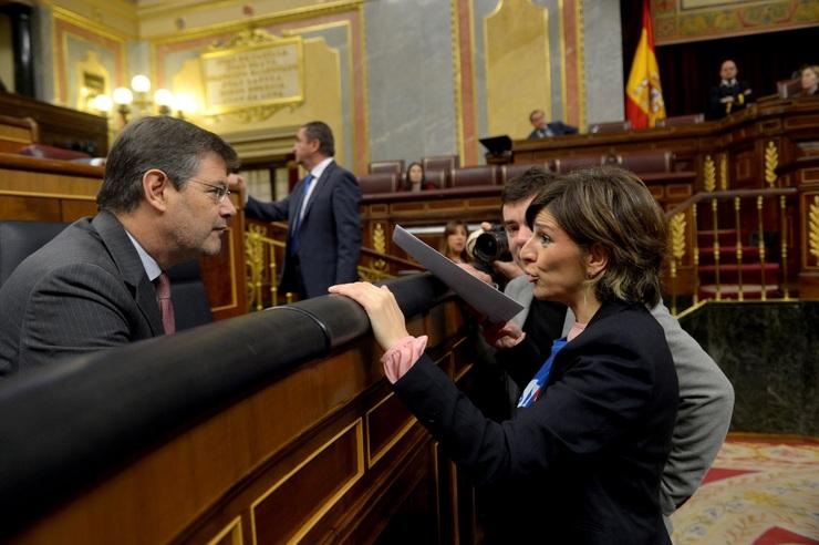 Yolanda Díaz (En Marea) entrega a Catalá a carta dos funcionarios da Xustiza galega