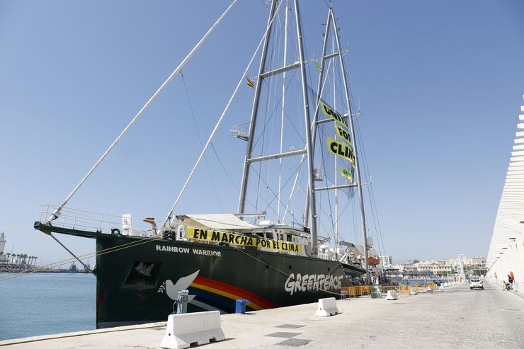 O buque  Rainbow Warrior de Greenpeace en Málaga. ÁLEX ZEA/EUROPA PRESS / Europa Press