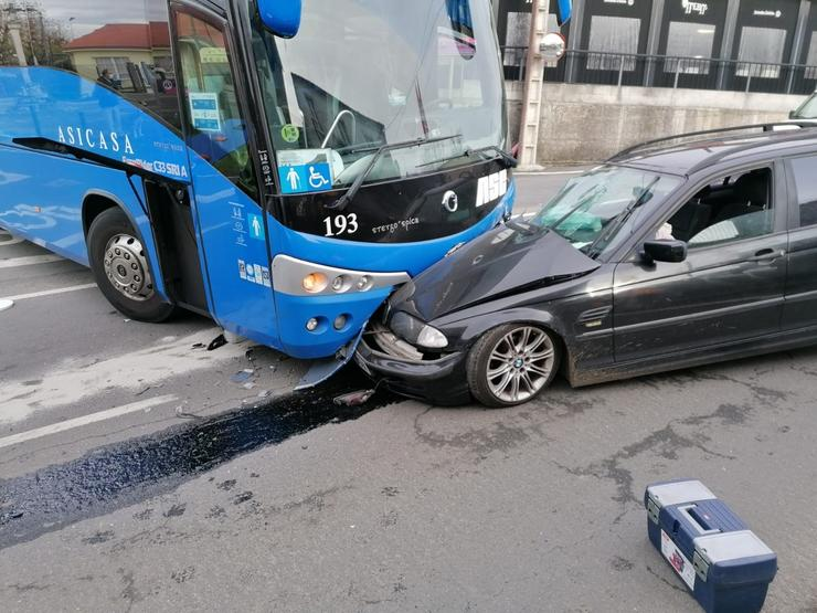 Accidente entre un turismo e un autobús no lugar de Bribes, en Cambre  / Europa Press