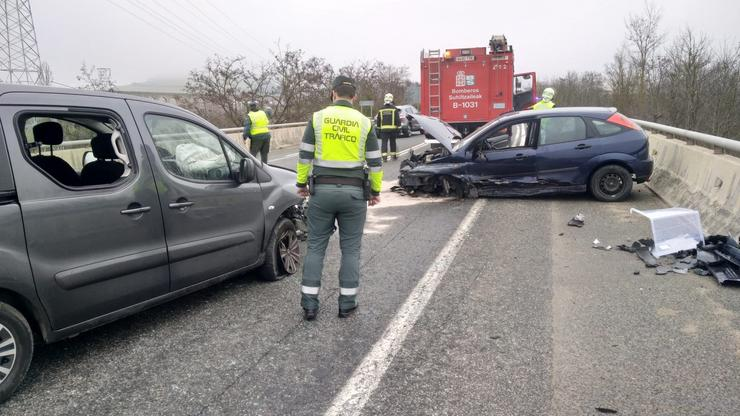 Axentes da Garda Civil atenden un accidente de tráfico na N-121. GARDA CIVIL / Europa Press
