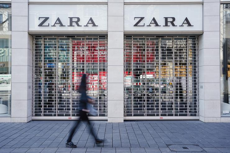 FILED - 18 March 2020, Baden-Wuerttemberg, Mannheim: A pedestrian walks past a closed Zara branch amid rising fears of the Coronavirus outbreak. Inditex, the Spanish owner of Zara has announced the closure of 3,785 stores. Uwe Anspach/dpa
