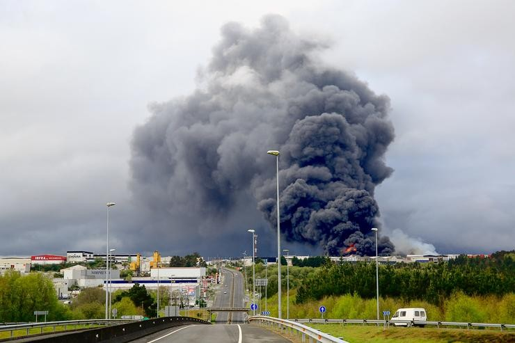 Lugo. Incendio en varias naves do Poligono Industrial de Ou CEAO.. CARLOS CASTRO/EUROPA PRESS